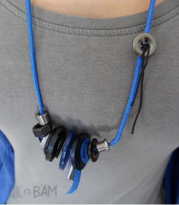 sautoir BOUTONS bleu électrique